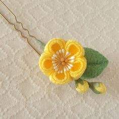 yellow kanzashi with leaf and buds Ribbon Crafts, Diy Crafts, Ribbon Jewelry, Kanzashi Flowers, Ribbon Work, Fashion Fabric, Fabric Flowers, Flower Designs, Hair Pins
