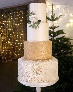 Feeling like Christmas, loved making this sugar mistletoe Large Wedding Cakes, Types Of Wedding Cakes, Creative Wedding Cakes, Wedding Cake Designs, Wedding Cake Toppers, Pretty Cakes, Beautiful Cakes, 10 Birthday Cake, Asian Cake