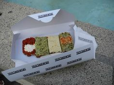 Trzesniewsky Véritable institution de la ville, cette petite boutique propose depuis plus de 100 ans des petits canapés variés (de la taille de la paume d'une main) pour 2-3 euros. Vous pouvez donc combiner selon vos souhaits tartine nordique au hareng, oignon et saumon fumé; tartine plus méridionale à la concassée de tomate https://www.tripadvisor.fr/Restaurant_Review-g190454-d714240-Reviews-Trzesniewski-Vienna.html