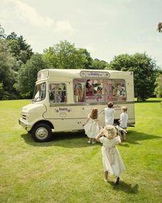 Cédez à la tendance Food Truck pour votre mariage ! - Les food truck sont à la mode ces derniers temps, vous en croisez très certainement quotidiennement et appréciez sans doute leurs petits plats peu chers et faciles à manger. Pourquoi ne pas faire appel à l'un d'eux pour votre mariage? - http://www.yesidomariage.com/deco/cedez-la-tendance-food-truck-pour-votre-mariage/ -
