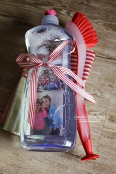 Für die Patinnen und Grosmütter unserer Kinder haben wir wie bei den Seifenspendern Zeichnungen mit Fotos laminiert und diese in Spü...
