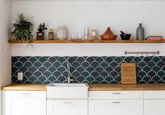 Mooie klassieke keuken planken en specerijen rek u stockfoto