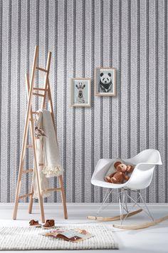 Papier peint trompe oeil effet tricot pour le salon ou la chambre deco hygge avec etagere echelle et chaise à bascule en plastique eames dsw