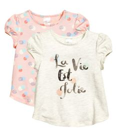 Powder pink/dotted. Tops in soft cotton jersey. Short puff sleeves, decorative scalloped trim at neckline and cuffs, concealed snap fasteners on one