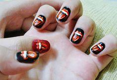 uñas inspirada con logo de los Rolling Stones