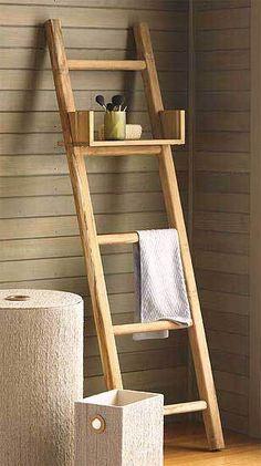 Superfuncional e diferente. Já tinha pensado numa escada para o seu banheiro. Aqui, além de servir para colocar toalhas, a prateleira removível serve para você colocar alguns pertences ou mesmo objetos decorativos