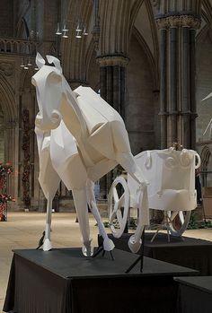 """Используя листы бумаги A1, знаменитый бумажный художник Ричард Свини (Richard Sweeney) создал четыре скульптуры лошадей в натуральную величину для фестиваля цветов. Сет размещен в Lincoln Cathedral в Великобритании в окружении десятков тысяч цветов со всего мира и называется """"Мечты о Золоте""""."""