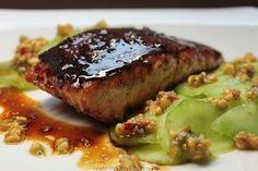 Honigglasierter Lachs mit Gurkensalat und Erdnuss-Pesto nach Rezept von Tim Mälzer
