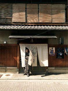 <京都なか一>UOMOではファッションテーマをはじめ、巻頭スナップ連載、カラオケ連載まで担当していただいているスーパースタイリスト祐真朋樹さんは京都のご出身。最近は立ち寄った際、和装で散策することも多いのだとか。出張でおじゃましたとき連れて行っていただいたのが、ごひいきの寿司割烹「なか一」。 【UOMO編集長 日高麻子】  http://lexus.jp/cp/10editors/contents/uomo/index.html    ※掲載写真の権利及び管理責任は各編集部にあります。LEXUS pinterestに投稿されたコメントは、LEXUSの基準により取り下げる場合があります。