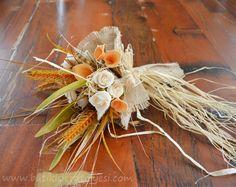 Deniz kabukları ve çiçeklerin kullanıldığı, doğal görünüme sahip çiçeklerle süslenmiş el yapımı gelin el çiçeği