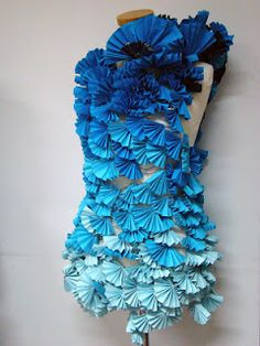 dress from assembled blue paper fans Source by claudiakohl dresses fashion fabric manipulation Paper Fashion, Origami Fashion, Fashion Art, Gypsy Fashion, Fashion Fabric, Mode Origami, Textile Manipulation, Vitrine Design, A Level Textiles