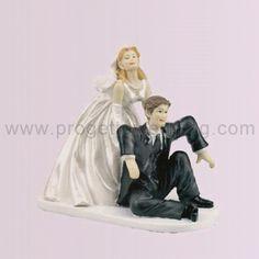 Sposa che solleva lo sposo  Un cake topper umoristico e divertente dove la sposa solleva lo sposo svenuto dall'emozione.  www.progettowedding.com