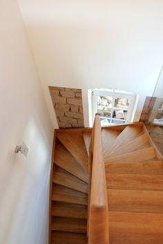 Blick aus dem Obergeschoss auf die Holztreppe.