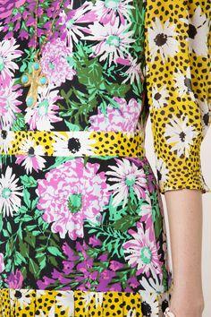 Check Out the Cozi Leopard Daisy Floral, Silk No Split Midi Dress. Shop Now at RIXO, Get Off Your First Order! Floral Fashion, Fashion Fabric, Fashion Prints, Fashion Design, Retro Flowers, Retro Floral, Navajo, Sparkle, Textiles