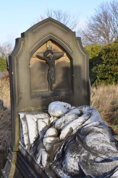The very striking Barlow Memorial can be found in Bradford's Undercliffe Cemetery. It depicts a reclining mother holding a small baby. Cemetery Monuments, Cemetery Statues, Cemetery Headstones, Old Cemeteries, Cemetery Art, Graveyards, Stone Statues, After Life, Peaceful Places