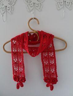 """Rødt Tørklæde. Mønstret er fra den Japanske hæklebog """"Irish Crochet Lace"""" af Mayumi Kawai."""
