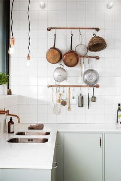 Scandinavian interior decor has always been fascinating. That's because of the simplicity and minimalist style. The kitchen in Scandinavian style has an airy and simple decor but it's also functional and practical. The Scandinavian kitchen design and Mint Kitchen, New Kitchen, Kitchen Dining, Kitchen Decor, Kitchen Ideas, Kitchen Images, Copper Kitchen, Kitchen Sinks, Kitchen Styling