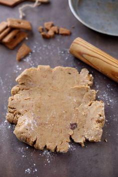 pâte sablée spéculoos Pour 1 tarte de 26-28 cm :      280 g de farine T45     125 g de beurre en dés     40 g de sucre muscovado (ou vergeoise)     6 spéculoos     1/2 cc de cannelle     1 oeuf Source Chefnini.com