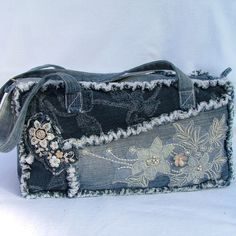 Denim and Lace Patchwork shoulder bag recy Denim And Lace, Artisanats Denim, Denim Purse, Jean Purses, Purses And Bags, Denim Handbags, Denim Ideas, Denim Crafts, Recycled Denim