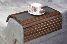 Esteira de descanso para braço de sofá retangular com porta copos! Disponível nas cores: tabaco, capuccino e pinhão. Medidas: 34 x 10 x 42 cm. http://www.moradamoveis.com/