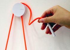 Diabolo Holder est un système pour accrocher le rouleau de papier toilette au mur. Ce support est comme vous allez le voir très simple et finalement cela fonctionne plutôt bien avec ce fil coloré qui vient s'enrouler autour de l'attache sur le mur. Un produit proposé par Yang et Ripol. Partagez cet article :14 PARTAGES  lire la suite