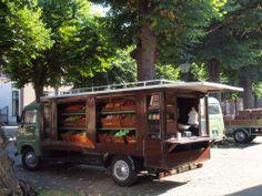 In de zomer rijd de groenteboer ouderwets door de wijk en kun je rechtstreeks bij hem verse groenten kopen. Handig wanneer je niet naar de binnenstad wilt of kunt reizen.