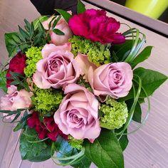 Suosikkimme äitienpäiväkimppuun ovat #memorylane #ruusut,  sopivat hyvin tummien neilikoiden kanssa. Lovely memory lane #roses are our favourite for #mothersday #bouquet  #kukat #flowerofinstagram #neilikat #äitienpäivä #carnations #flowerslovers #instaflowers #blommor #Kukkakimppu #kukkakauppa #florist #suomi #kotka #finland