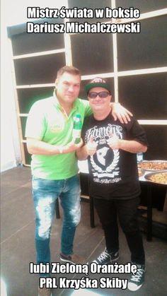 Mistrz świata w boksie Dariusz Michalczewski lubi Zieloną Oranżadę PRL Krzyśka Skiby bo pasuje mu do koloru koszulki.