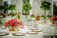 Mesas dos convidados com arranjos de flores tropicais exóticas - Casamento Roberta Abagge e Guilherme Sarmento