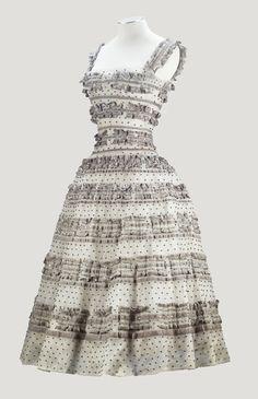 """Christian Dior Haute Couture, automne-hiver 1957-1958. Ligne """"Fuseau"""", Modèle """"""""Sarabande"""" Robe de cocktail en tulle brodé de la Maison Guillemin"""