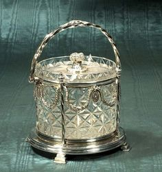 1118: Cut crystal biscuit jar in a fancy silver plated : Lot 1118