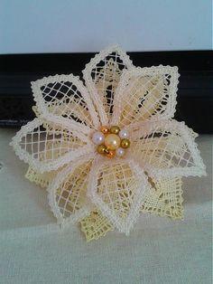 kvet je upalickovany z bavlnenych niti s goralkami uprostred pripnutie na uzatvaratelnu sponu Doily Art, Lace Art, Needle Tatting, Needle Lace, Bobbin Lace Patterns, Flower Patterns, Bobbin Lacemaking, Point Lace, Lace Jewelry