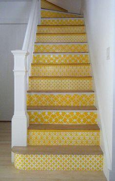 Farbenfrohe Treppe in fröhlichem Gelb