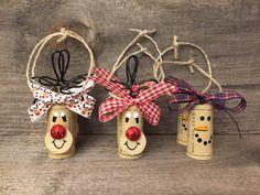 Chaque bouteille de vin vous donner comme un cadeau a besoin de ces ornements adorable bouchon de vin! Cet ensemble de 6 décorations de bouchon de vin est 100 % fait main avec des bouchons synthétiques recyclés. Vous recevrez 4 Rudolph (2 avec rouge et blanc ruban et 2 avec Rudolph ruban de blanc) et 2 ornements de bouchon de vin de bonhomme de neige avec un ruban à carreaux bleu et rouge.  Les ornements de Rudolph sont environ 4 pouces de hauteur du haut de ses cornes de fil à la main…