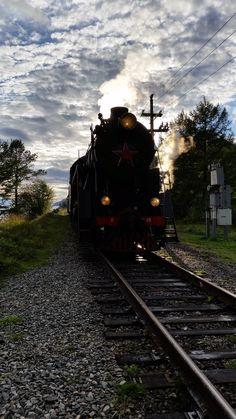 Schöne Abendstimmung herrscht, als es bei einer weiteren Scheinanfahrt in einen Tunnel geht. Bevor jedoch der Zug dafür zurücksetzt, entstand diese Aufnahme. Die Sonne begleitet uns überraschenderweise noch eine weitere Stunde bis zum Untergang.