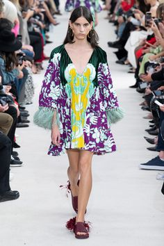 Valentino Spring 2019 Ready-to-Wear Collection - Vogue Women's Runway Fashion, Fashion Week, Spring Fashion, High Fashion, Couture Mode, Style Couture, Couture Fashion, Spring Outfits Women, Fall Outfits