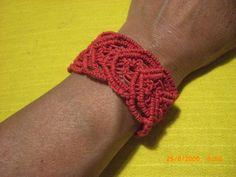 brazalete en rojo tejido corazones