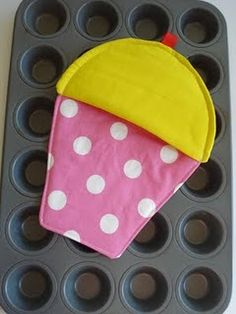 I think one should do simple things a little bit more with some style... Including baking ;) And this cupcake oven mitt is perfect...