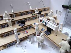 Point Supreme architects | Biblioteca Futura | Atenas, Grecia | 2013 | Organizada entorno a dos elementos: una gran mesa móvil y una tribuna. La tribuna es a la vez un espacio para socializar, espacio de alamacenamiento y estante de libros. la mesa móvil y sin patas configura diferentes espacios según su posición
