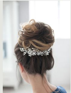 Beautiful diamante and pearl headpiece on wire so can bend to fit, can be own as a side crown or underneath as show in the picture.