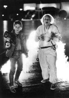 """""""Zurück in die Zukunft""""- Viel zu spät, 1989 und 1990, gab es zwei weitere Filme, die """"Zurück in die Zukunft"""" heißen und den Witz noch einmal und noch einmal erzählen. Michael J. Fox wurde Teen Wolf und Doc Hollywood und dann ein verschlagener Anwalt in """"The Good Wife"""". Robert Zemeckis erzählte Amerika in """"Forrest Gump"""" als Schelmenroman und schoss Jodi Foster ins All. Nach Erhebungen von """"Time"""" empfiehlt sich gerade """"Zurück in die Zukunft"""" für ein Remake – mit Emma Stone als Marty McFly. Die…"""