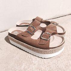 Súmate a la moda más cool con las #sandalias bios con plataforma de Marlo's Feelings.