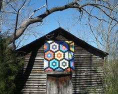 Barn Quilts and the American Quilt Trail Grandmother's Flower Garden! Barn Quilt Designs, Barn Quilt Patterns, Quilting Designs, Block Patterns, Crochet Patterns, American Barn, American Quilt, Country Barns, Old Barns
