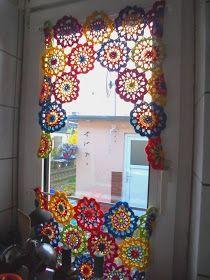 Es war noch im Frühjahr diesen Jahres, als ich beschloss für unsere unsere Kü… It was still in the spring of this year, when I decided to crochet a few new curtains for our kitchen. Crochet Home Decor, Crochet Crafts, Doily Art, Boho Curtains, Handmade Accessories, Interior Design Inspiration, Crochet Hooks, Projects To Try, Creative