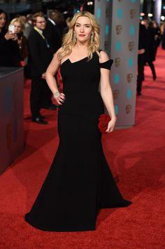 Kate Winslet Con vestido negro con discreta abertura de Antonio Berardi y clutch de Jimmy Choo.