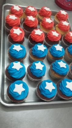 Cupcakes. #frostingREDandBLUE CAPITAN america Wonder Woman Cake, Wonder Woman Birthday, Wonder Woman Party, Birthday Woman, Captain America Cupcakes, Captain America Party, Captain America Birthday, Avengers Birthday, Superhero Birthday Party