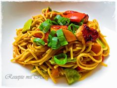 25 g Öl300 g Gemüse ( Möhren, Paprika, Zuckerschoten, nach Belieben180 g dünne Spaghettinis Nr. 3 ( durchgebrochen )400 g Wasser55 g Sojasauce1 TL Gemüsepaste1 TL ErdnusscremeFrühlingszwiebeln1 EL Asi