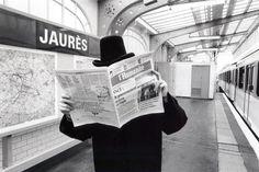 Janol Apin: Métropolisson, Métro Jaurès, © 2005. La photographie est un grand labyrinthe où les regards se croisent. Janol Apin nous invite à un voyage souterrain parfois candide, souvent drôle mais toujours anecdotique où l'image et le texte se rencontrent. D'Abbesses à Wagram, jeux de mots, charades et calembours se côtoient. Le métro de Paris comme vous ne l'avez jamais vu !