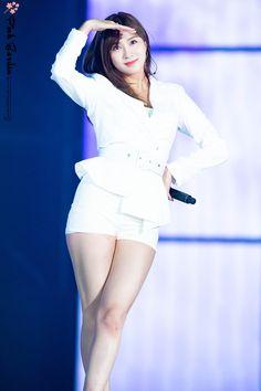 Kpop Girl Groups, Kpop Girls, Korean Beauty, Asian Beauty, Freckles Girl, Female Stars, Stage Outfits, Girl Bands, Korean Celebrities