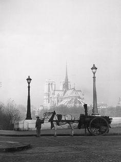 René Jacques - Pont de la Tournelle, Paris, with Notre Dame in the background 1940s Photos, Old Photos, Phnom Penh, Horizon Paris, Paris France, Pont Paris, Paris Paris, Paris Black And White, Paris Vintage